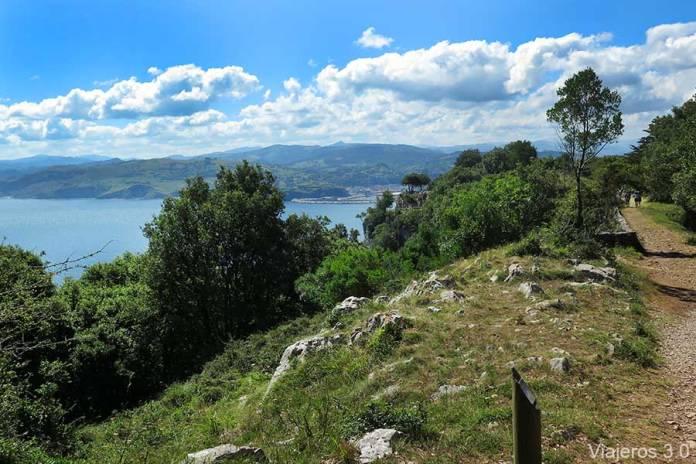 sendero hacia el Faro del Caballo de Santoña