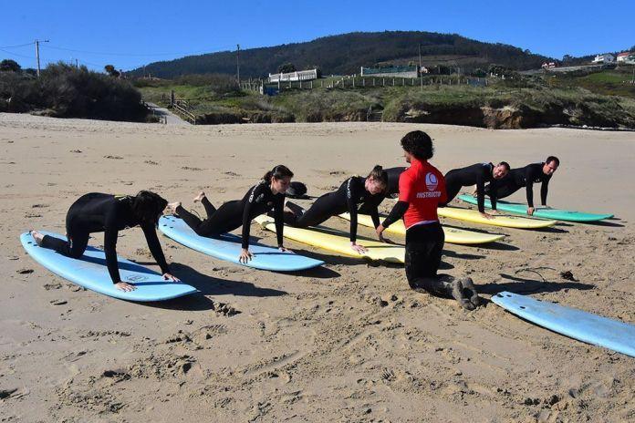 Aprendiendo las posiciones en la escuela de surf