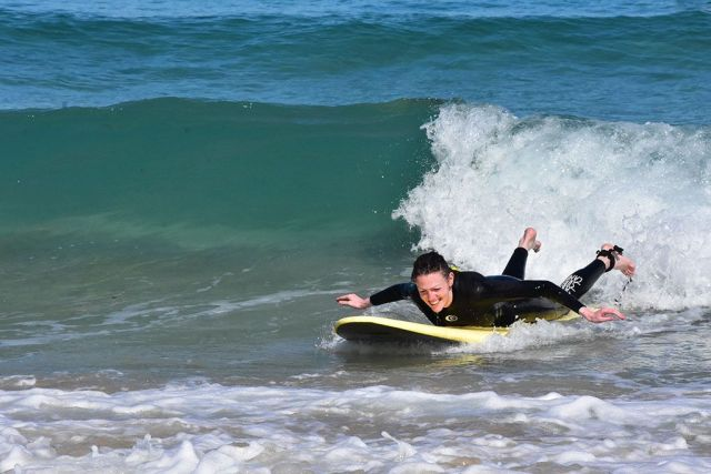 Rebeca surfeando, escuela de surf en Galicia