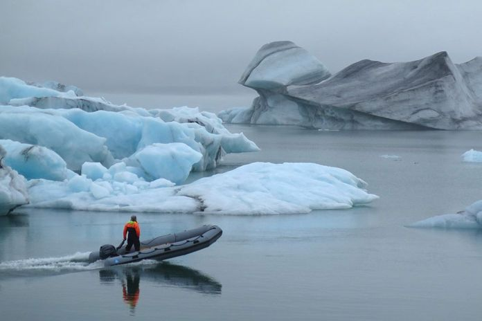 barco en el lagodeJökulsárlón, ruta por Islandia en 2 semanas
