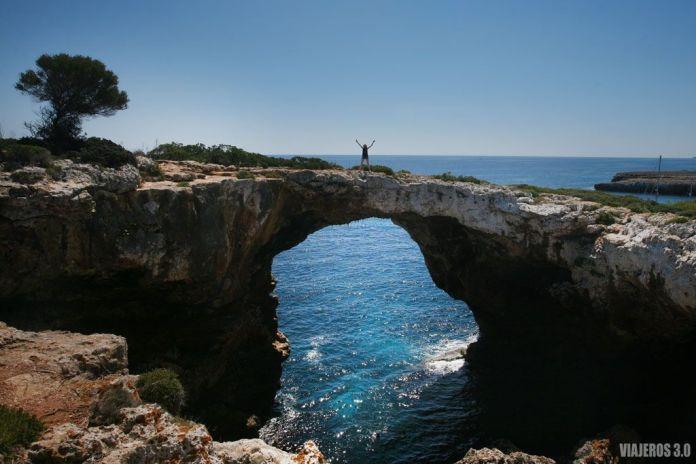 Puente natural en Cala Varques, Mallorca.