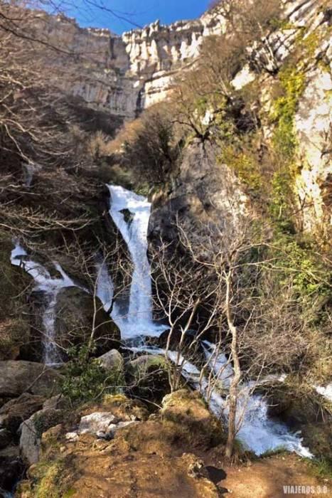 Surgencias en el nacedero del Urederra en Navarra.