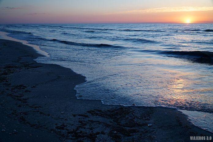 Amanecer en la costa del Mar Negro en Rumanía