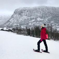 Ruta en raquetas de nieve en Myrkdalen, Noruega.