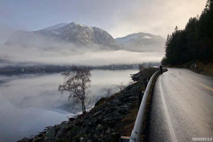 Carreteras en el fiordo de Hardanger, Noruega.