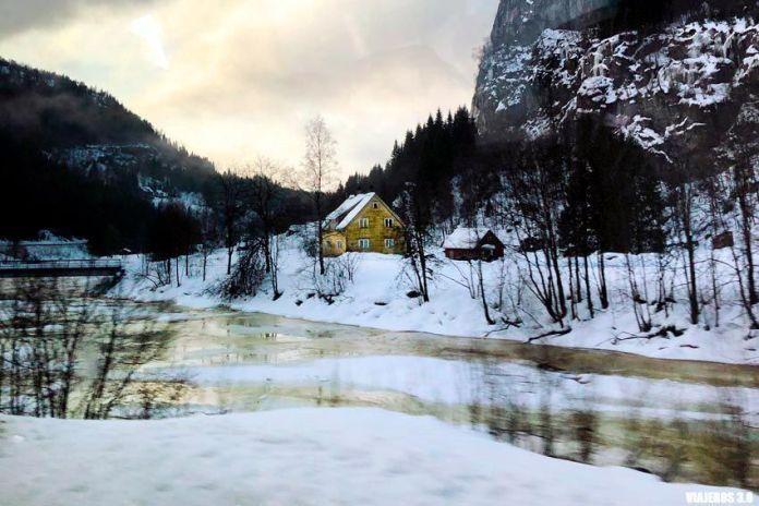 Paisajes nevados en los fiordos noruegos