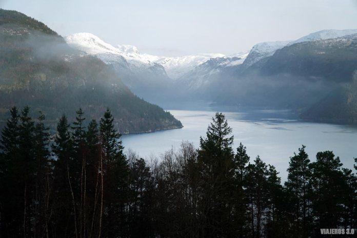 Fiordo de Hardanger en invierno, Noruega.