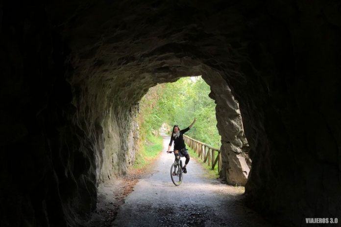 Disfrutando de la Senda del Oso en bici,
