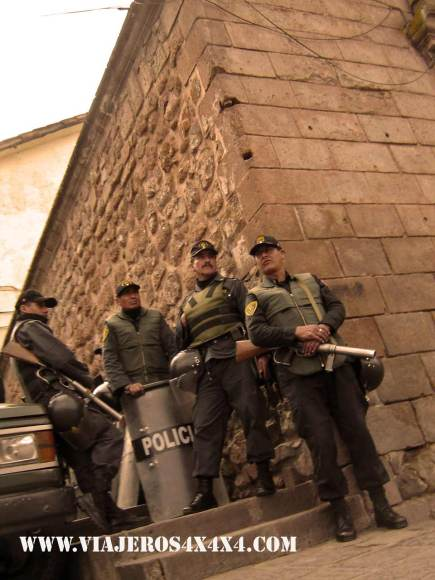 O-Peruvian-police-at-the-city-of-Cusco