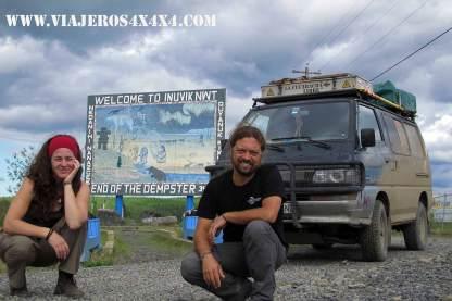 Pablo, Anna y la furgo en Inuvik, Territorios del Noroeste, Canadá