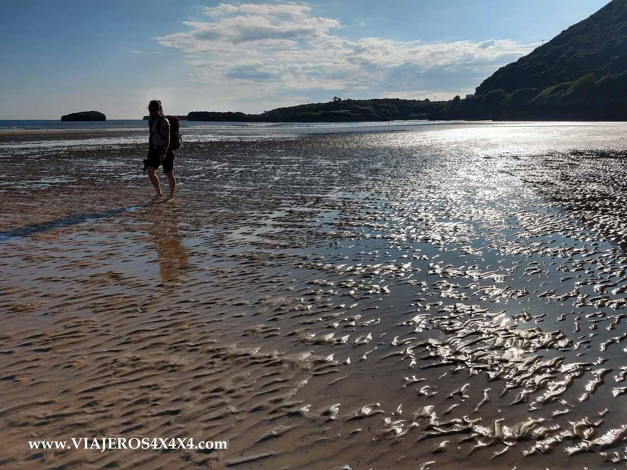 Caminando por la playa en marea baja en una ría del norte de España