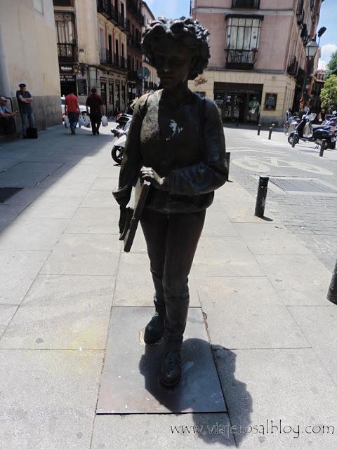 Estatuas urbanas de Madrid: Una Joven Caminando en la Plaza San Ildefonso.