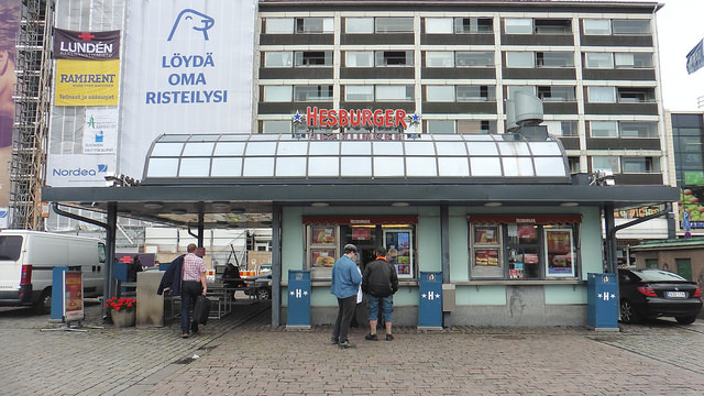 Donde comer y gastronomia en Turku (Finlandia) - Hamburgueseria Hesburger. ViajerosAlBlog.com
