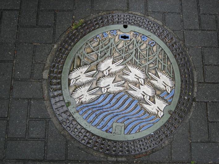 Arte en el suelo de Japón: admirando las alcantarillas.
