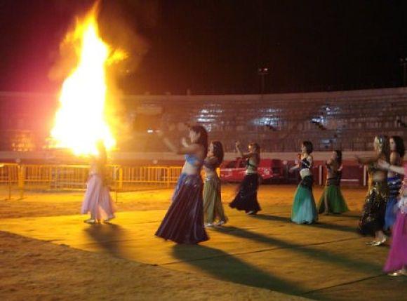 Reunirse y danzar alrededor de las hogueras, es una de las tradiciones que sigue más arraigada hoy día durante esta Noche
