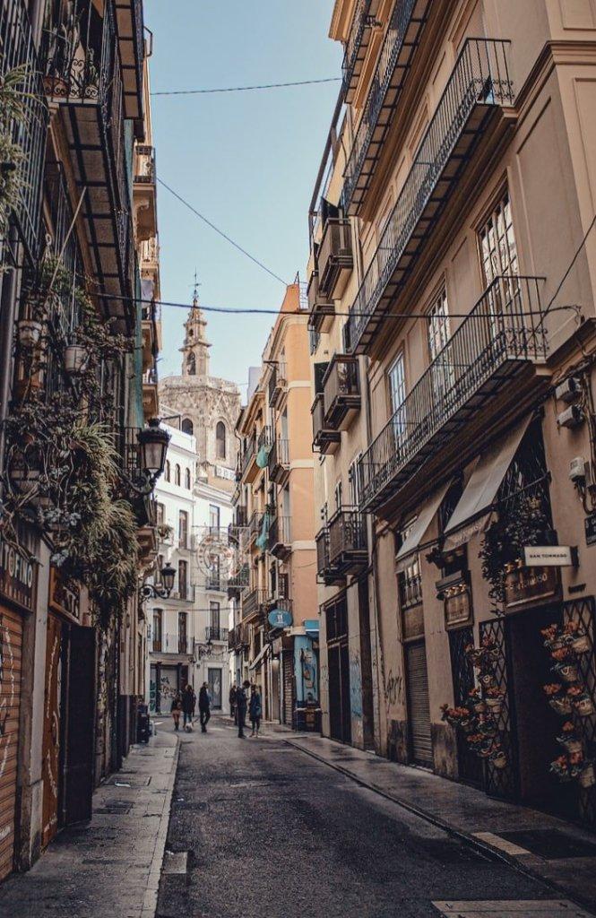 Visita a la Ciutat Vella de Valencia: Micalet al fondo.