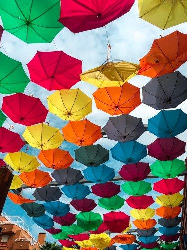 Paraguas de colores en el aire en Oropesa