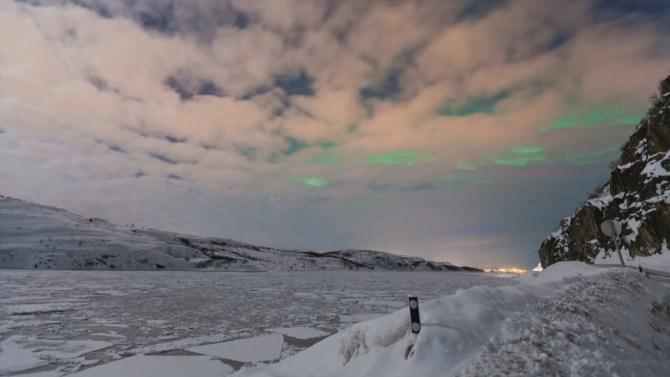 Cielos nublados con auroras boreales