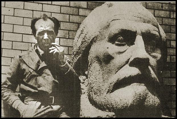 Escultor Emiliano Barral con el busto de Pablo Iglesias Posse