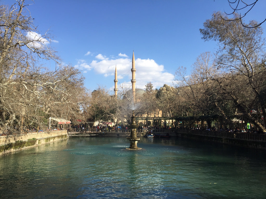 Balikli Gol, estanque sagrado con miles de carpas