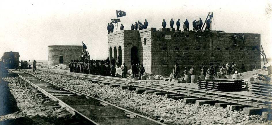 Reclutas militares otomanos que construyen el techo de la estación Mu'azzam