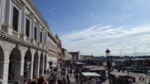 Puestos callejeros y embarcaderos en Venecia
