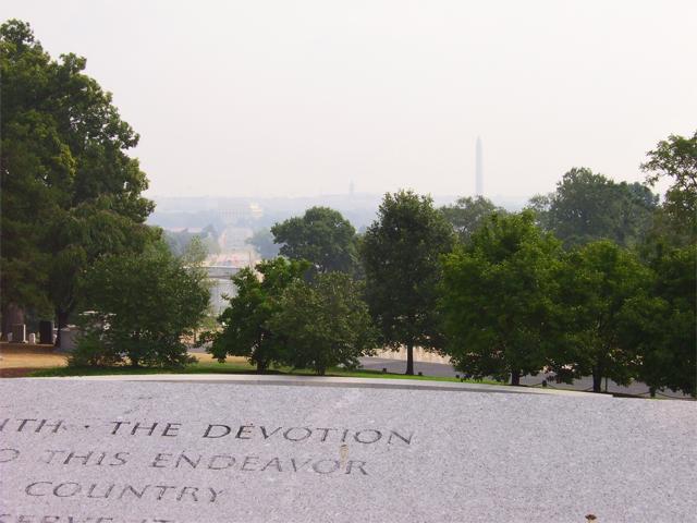 Frases lápida Cementerio Nacional Arlington vistas Mall Washington