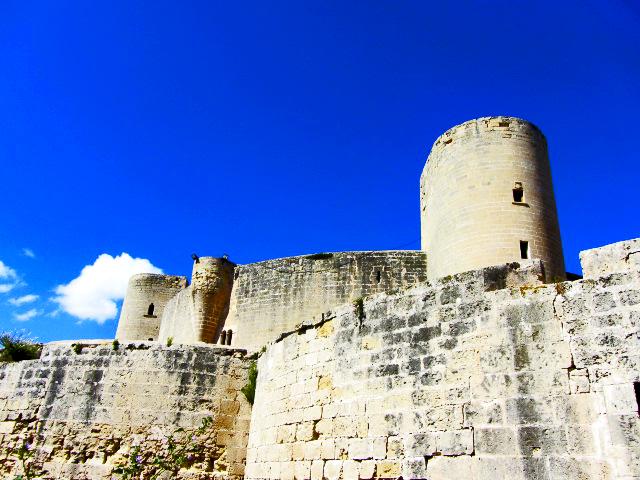 A 2 km a loest de Palma es Castell de Bellver domina la badia