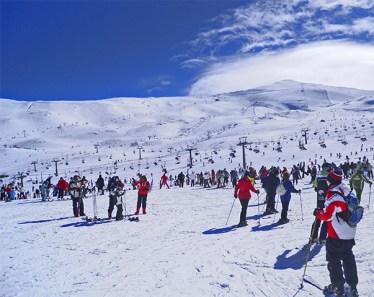 Esquiadores pistas nieve Sierra Nevada Granada