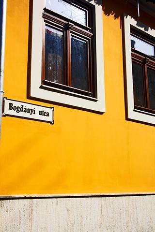 Fachada vivienda amarilla Barroco Szentendre centro histórico Hungría