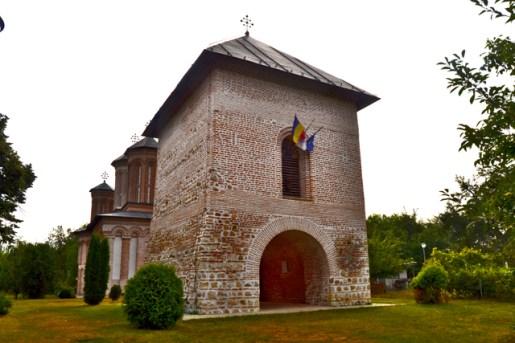 fachada ladrillo banderas Rumanía Vlad Tepes Monasterio Snagov