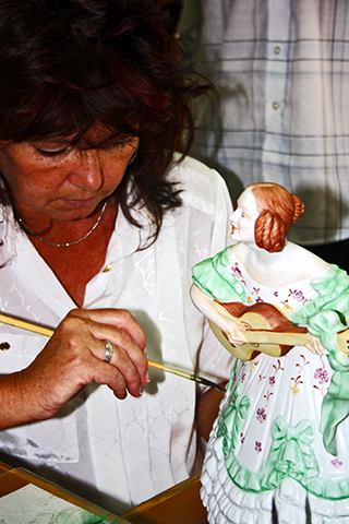 Mujer pintura a mano porcelana Herend Hungría