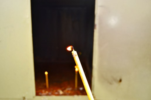Vela encendida homenaje Drácula Monasterio Snagov