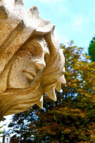 Detalle escultura rostro jardines castillo Azay-le-Rideau