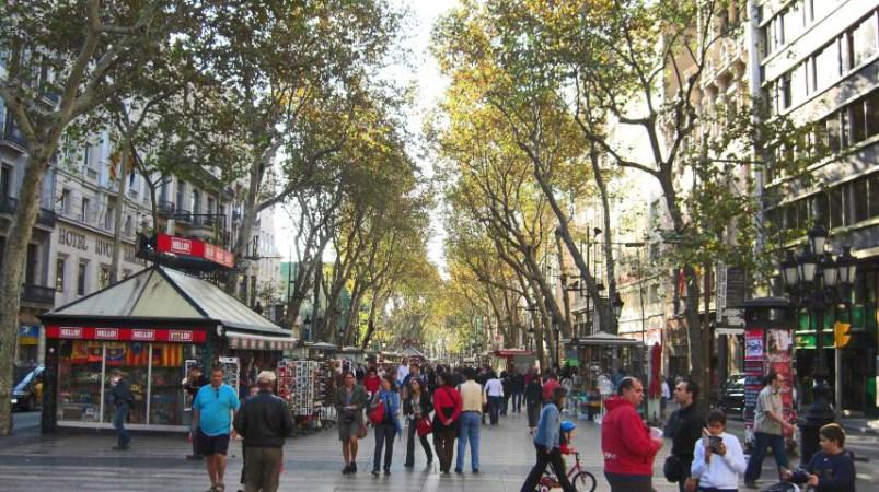 Gente paseando paseo Las Ramblas Barcelona