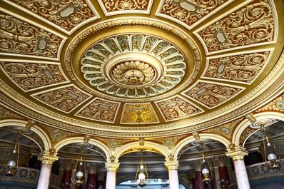 Interior dorado lámpara y cúpula decoración Ateneo Rumano Ópera