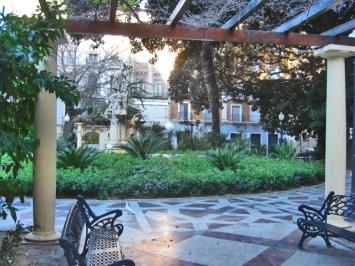 Panorámica Plaza Gabriel Miró bancos plantas Alicante