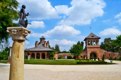 Estatua entrada Palacio y Monasterio Mogosoaia Rumanía