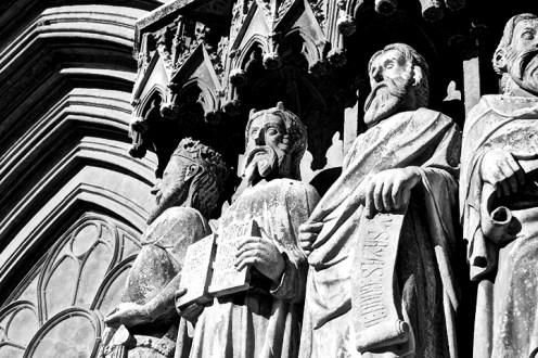 Esculturas apóstoles mirando fachada catedral Santa Tecla Tarragona blanco y negro