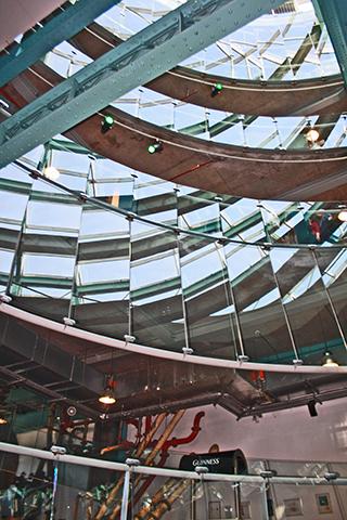 Espejos arquitectura modernista edificio Guinness Storehouse Dublín