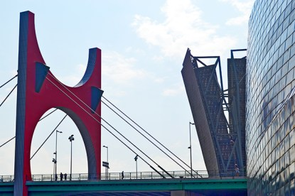 Puente La Salve rojo cubiertas metal Museo Guggenheim Bilbao