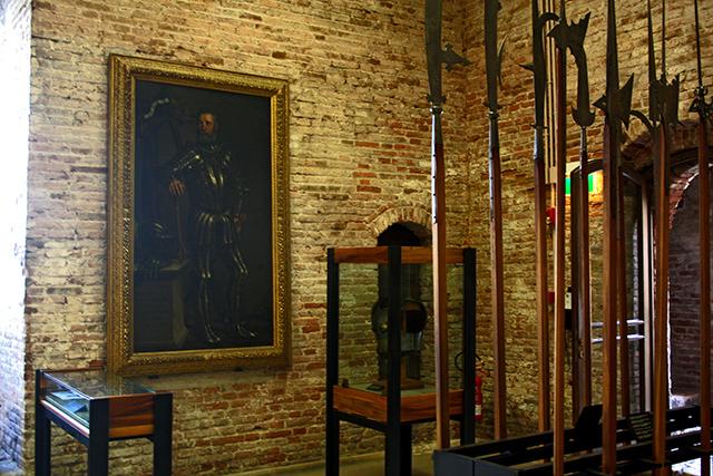 Sala armas lanzas cuadro caballero Museo Castelvecchio Verona