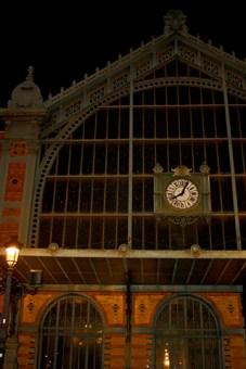 Fachada hierro forjado estación tren Almería noche