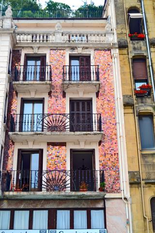Fachada mosaico colores claros modernismo San Sebastián Donosti
