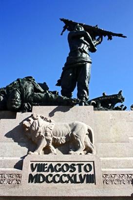 Escultura león hombres Plaza VIII agosto Bolonia
