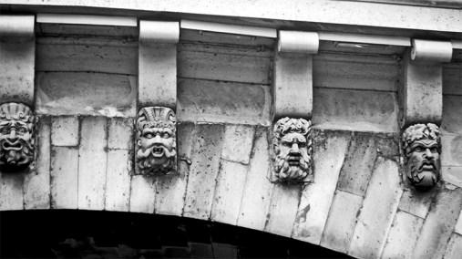 Caras esculturas puente río Sena París blanco y negro