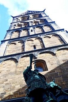 Picado escultura trompeta torre catedral Bremen Alemania
