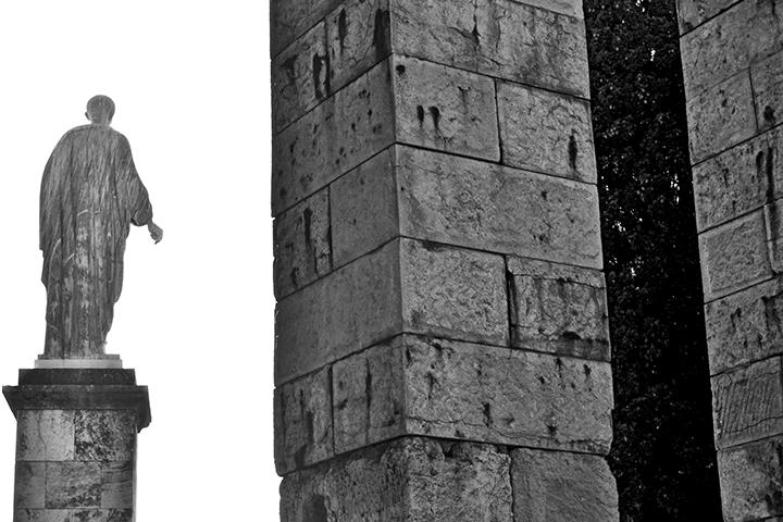 Escultura espaldas Augusto Foro Tarragona