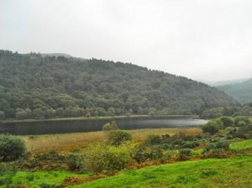 Panorámica lago bosques valle Glendalough Wicklow Irlanda