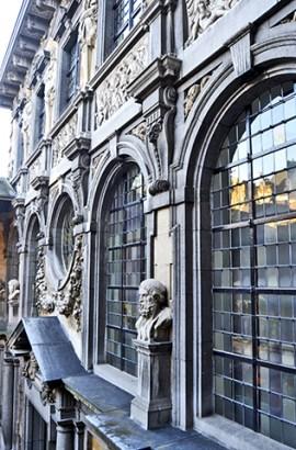 Escultura clásicos griegos fachada Casa Museo Rubens